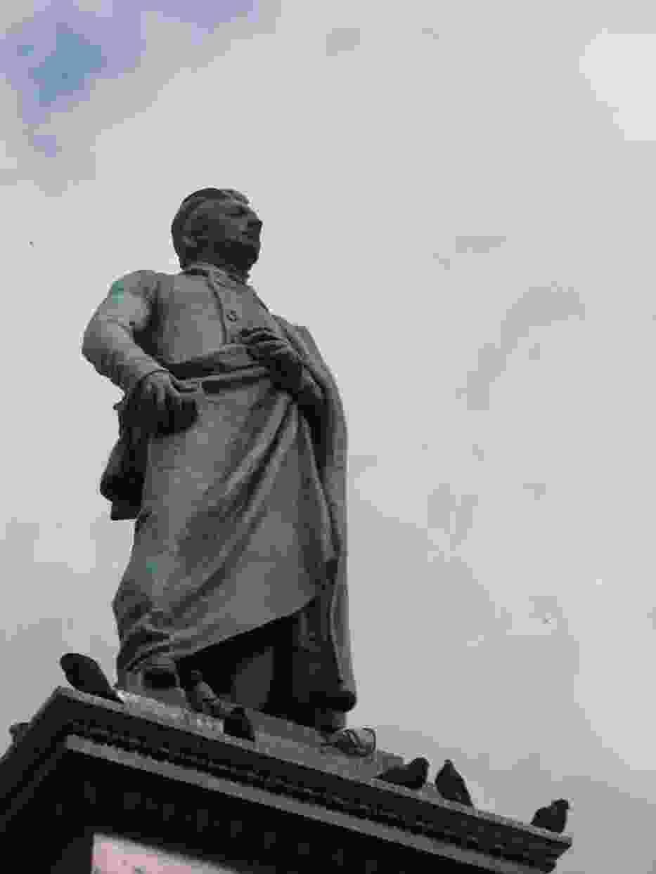 Pomnik Adama Mickiewicza w Krakowie w otoczeniu gołębi