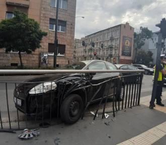 Auto uderzylo w barierki. Ranna pasażerka tramwaju