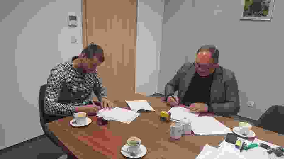 Podpisanie umowy z Wykonawcą przebudowy budynku biblioteki na mieszkania komunalne
