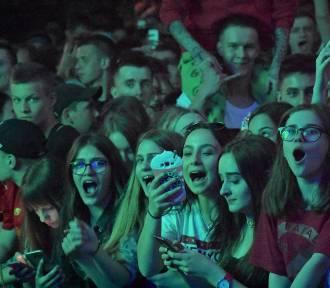Quebonafide w Rybniku na Majówce. Grubson rozgrzał fanów. Szaleństwo pod sceną! ZDJĘCIA WIDEO