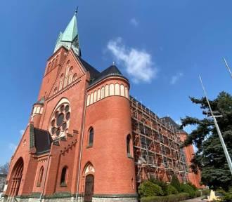 Remontują czerwony kościół, już widać efekty