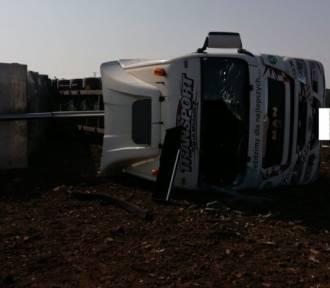 Wypadek w Jastrzębiu-Zdroju. Ciężarowy man przewrócił się na bok podczas rozładunku