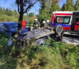 Dachowanie po zderzeniu samochodów. Trzy osoby poszkodowane [ZDJĘCIA]