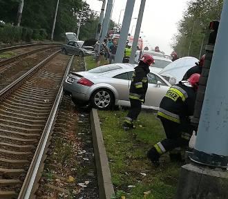 Bytom: Zderzenie trzech samochodów na Chorzowskiej [ZDJĘCIA]. Zablokowane były tory tramwajowe