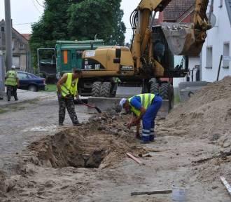 Budowa kanalizacji w Pałcku postępuje. Inwestycja ma być gotowa jeszcze w tym roku [zdjęcia]