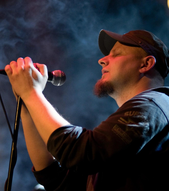 Paweł Korta jest nie tylko wokalistą grupy Chee-Psy, ale także autorem słów do wszystkich autorskich kawałków, które znalazły się na nowej płycie tej bocheńskiej grupy