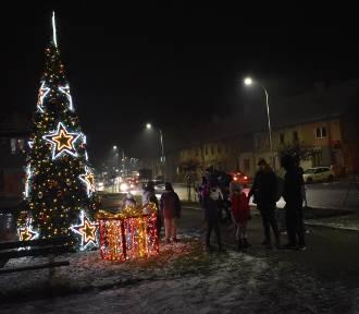 """Choinka oraz szopka w Krośnie """"odpalone"""". Świąteczne ozdoby rozświetlają miasto"""