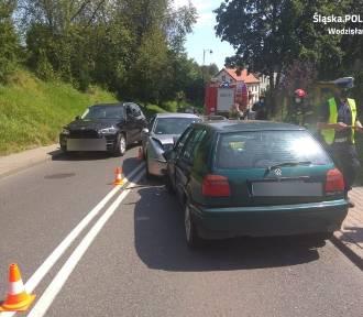 Wypadek na ulicy Wałowej w Wodzisławiu Śl. Czołowe zderzenie dwóch aut