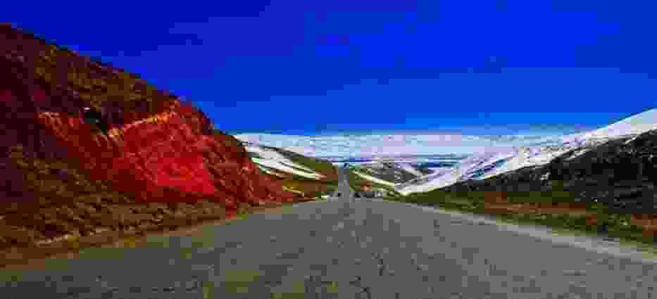 Droga do Osz, część szlaku narkotykowego prowadzącego z Afganistanu, za plecami Dżalalabad - w tle Pamir