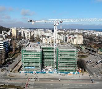 Wiecha zawisła nad efektowną inwestycją w Gdyni
