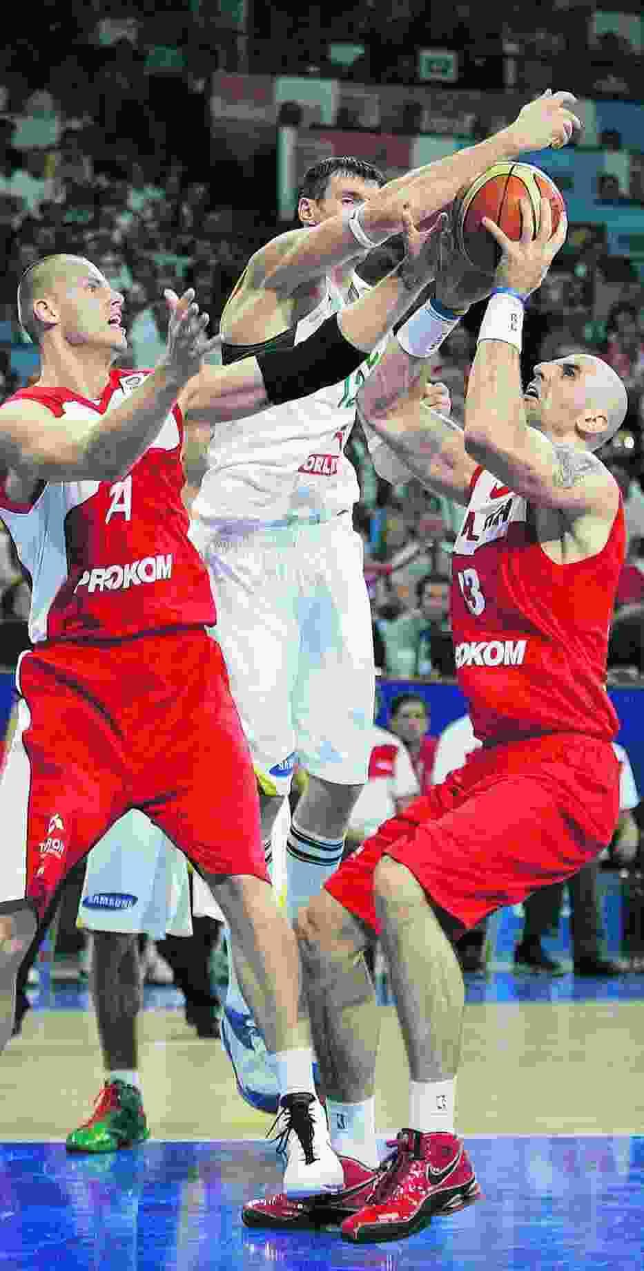 Maciej Lampe i Marcin Gortat (czerwone koszulki) - polskie wieże zdobyły w sumie 37 pkt