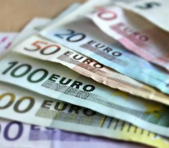 """Uwaga! Młoda kobieta metodą """"na policjanta"""" próbowała ukraść 9 tys. euro"""