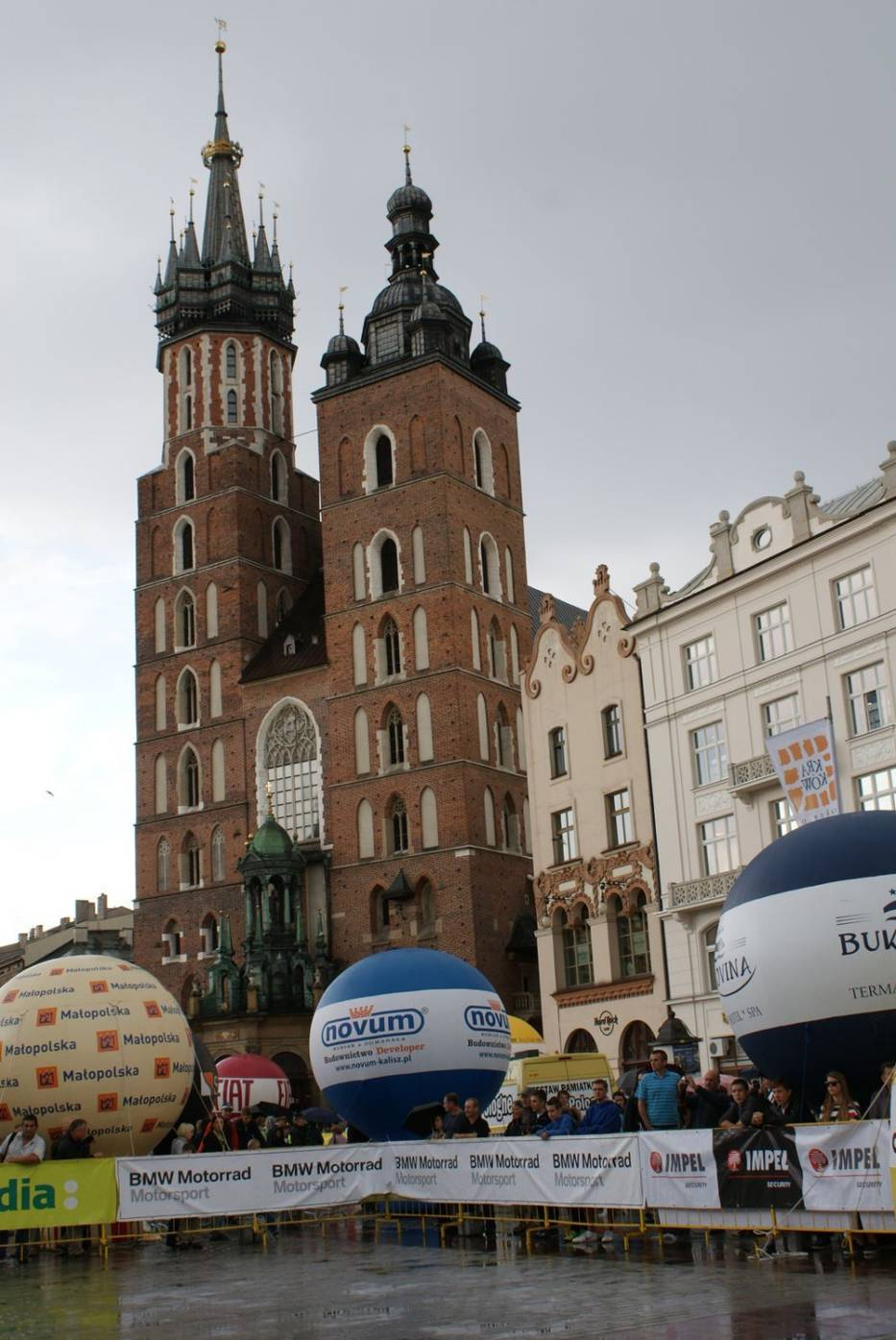 Kraków - Rynek Główny widzowie na tle kościoła Mariackiego