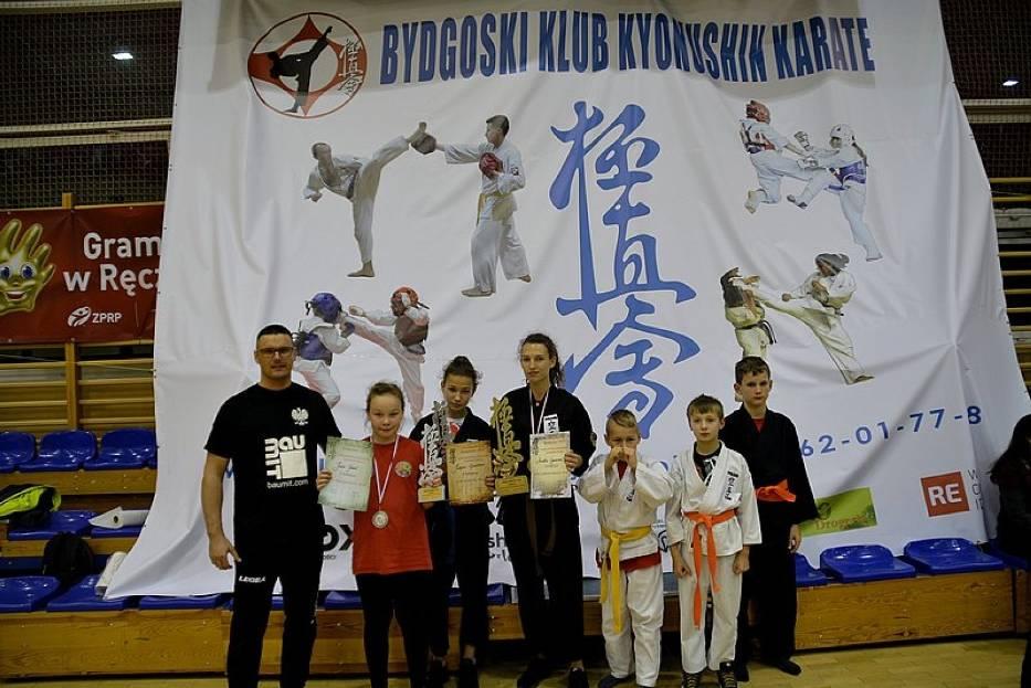 Od lewej trener Daniel Tobjasz ze swoimi podopiecznymi