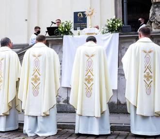 Czy księża powinni płacić podatki? Polacy są niemal jednogłośni