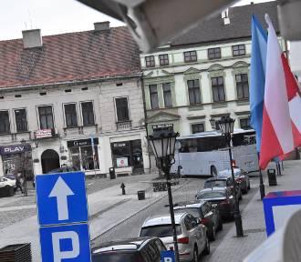 """Autobus """"zablokował się"""" na Rynku Głównym w Oświęcimiu"""