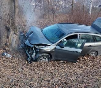 Wypadek na S1 w Tychach. Samochód uderzył w drzewo