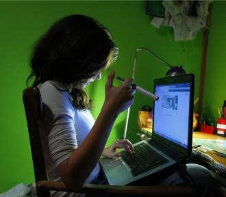 Nastolatki coraz częściej palą e-papierosy. Próbują obejść zakaz w szkole