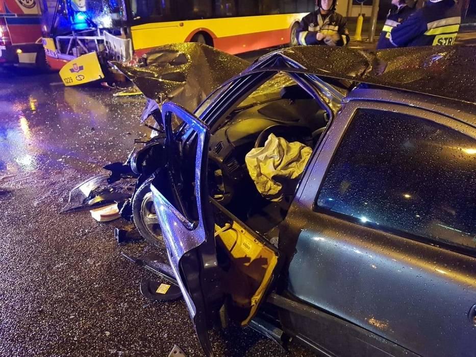 Zderzenie volvo z miejskim autobusem w Kielcach. Kierowca osobówki odmówił dmuchnięcia w alkomat [ZDJĘCIA]