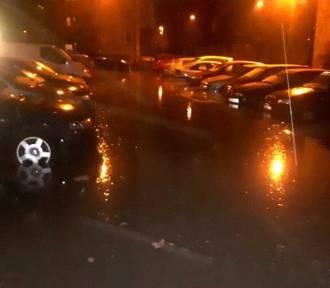 Na Karolewie pękła wodociągowa magistrala, zalało parking. Na Sienkiewicza też poważna awaria!