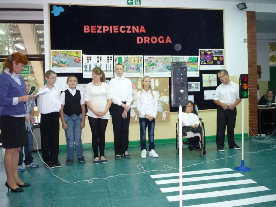 """Pani Dorota Wójcik i jej uczniowie w spektaklu """"Bezpieczna droga"""""""
