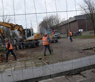 Ruszyła przebudowa parkingu i rewitalizacja kamienicy przy Łaskiej 38 [zdjęcia]