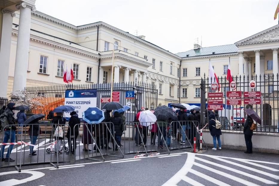 Polacy zostali skołowani częstymi zmianami strategii walki z koronawirlsem