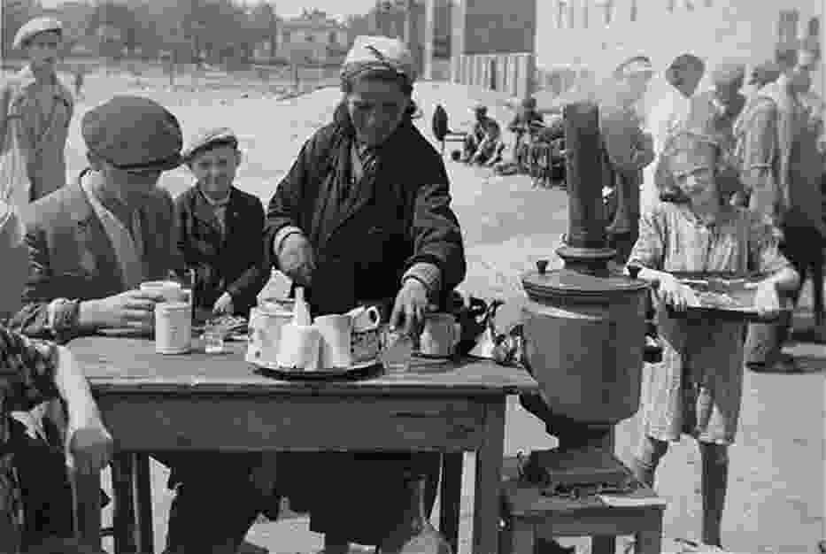 Niezwykłe zdjęcia! Tak wyglądało życie na ulicach Warszawy w 1941 roku [GALERIA]