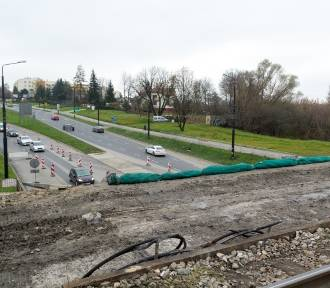 Trwa przebudowa wiaduktu kolejowego na Diamentowej. Do kiedy będą utrudnienia w ruchu?