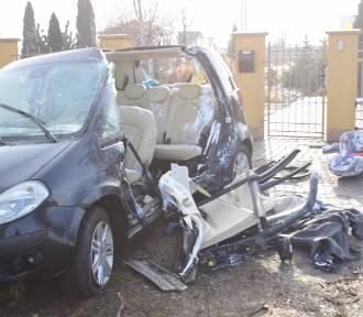 Samochód uderzył w przydrożne drzewo. Kierowcę z auta wyciągali strażacy