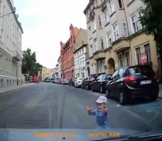 O włos od tragedii! Dziecko wbiegło wprost pod nadjeżdżający samochód!