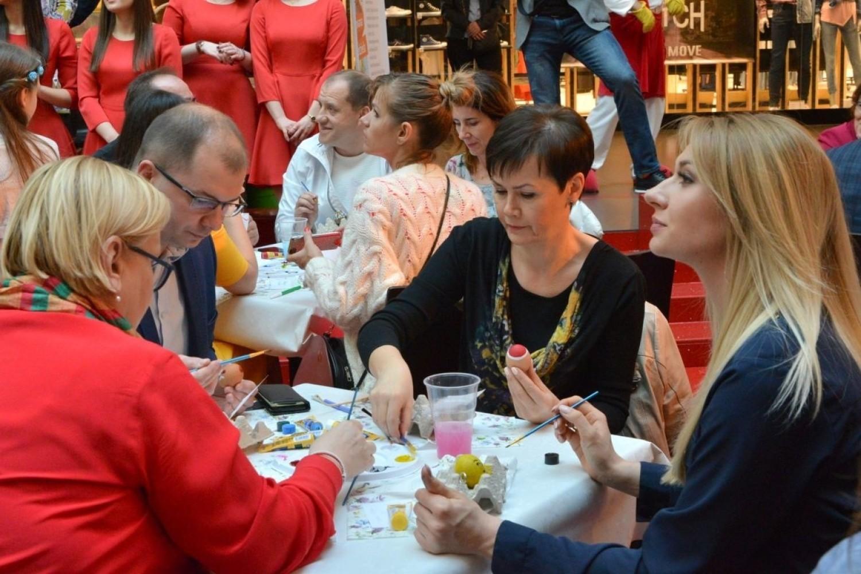 Malowana Niedziela w Kielcach [Część 2]. Znani razem malowali pisanki i licytowali. Uzbierano ponad 15 tysięcy