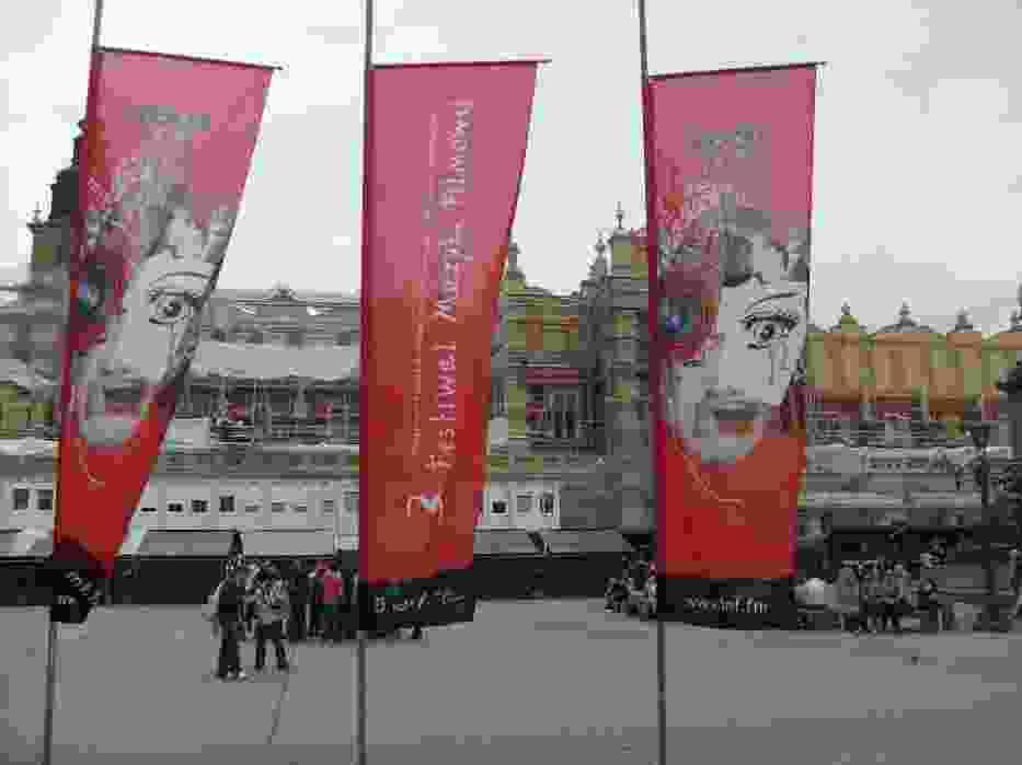 Reklama Festiwalu Muzyki Filmowej na krakowskim Rynku