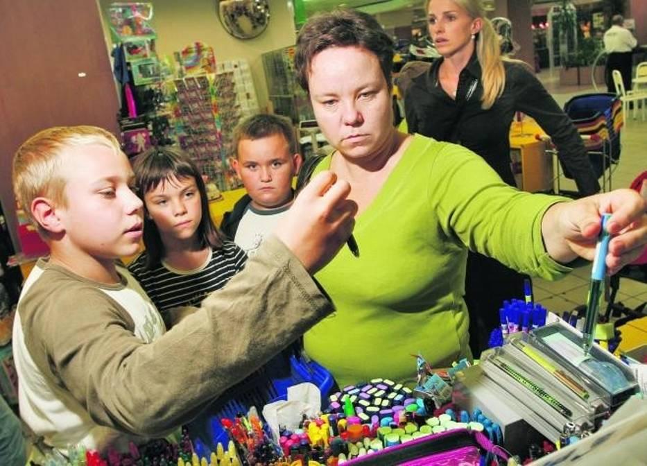 Anna Kleparska z dziećmi: Arturem i Olą i Kubą wybierała w sobotę przybory szkolne w księgarni przy ulicy Horbaczewskiego