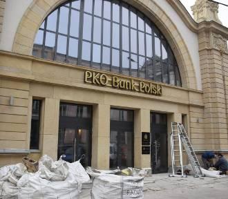 PKO Bank Polski w Starym Dworcu. Na hali zegarowej pojawił się szyld banku ZDJĘCIA