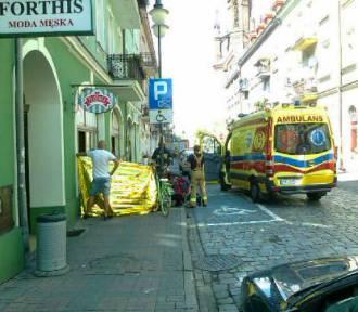 Dramatyczna akcja na ulicy Kanonickiej w Kaliszu. Ratownicy reanimowali mężczyznę, który zasłabł