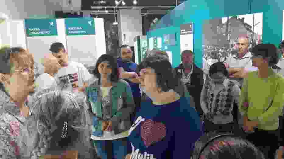 """Uczestnicy Warsztatów Terapii Zajęciowej podczas zwiedzania wystawy"""" Dzieje Legionowa 1877-1990"""""""