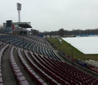 Budowa stadionu: zadaszenie na łuku, likwidują pierwszy sektor