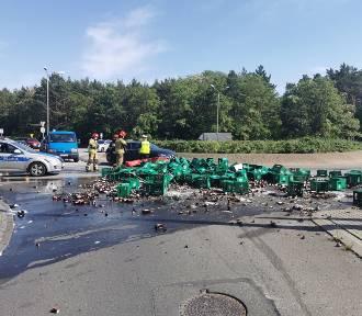Kilka tysięcy butelek piwa wypadło z ciężarówki na rondzie Falbanka we Włocławku