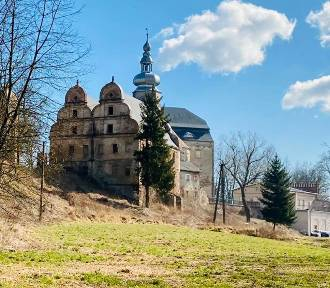 Zamek Sarny w Kotlinie Kłodzkiej. Magiczne miejsce powstaje z ruin