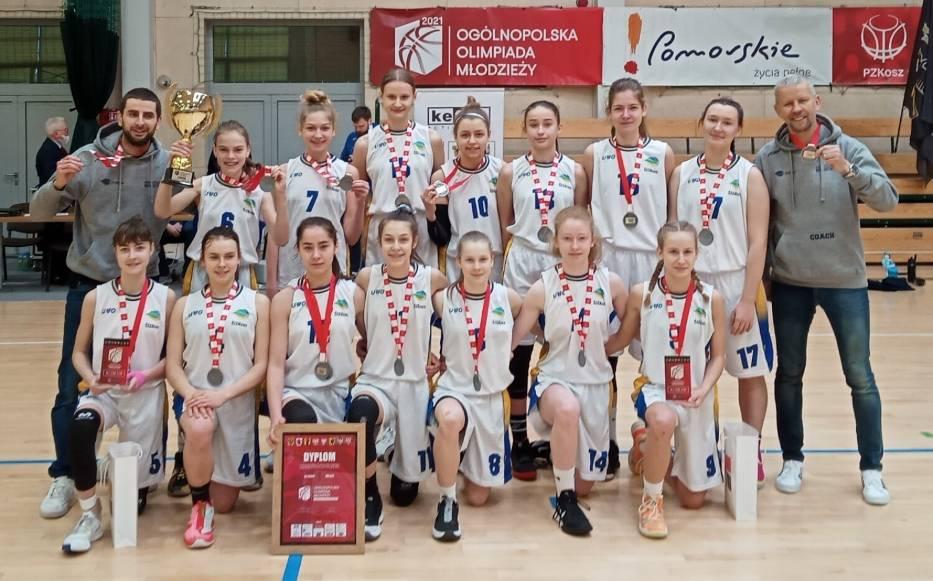 Zofia Ratajczak z Bojanowa po finale OOM w Koszykówce Dziewcząt (klęczy pierwsza z prawej, nr 9)
