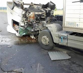 Groźny wypadek pod Chełmskiem. Ciężarówka ma urwaną kabinę [ZDJĘCIA]