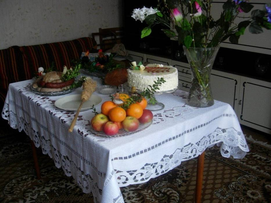Stół z jedzeniem do poświęcenia przez księdza musi być odświętnie przygotowany