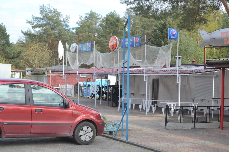 Restauracje przy głównym deptaku w Pieczyskach dostępne były  zwykle od 1 maja