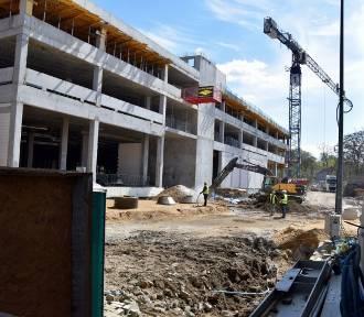 Koronawirus nie przeszkadza w rozbudowie Focus Mall. Zobacz jak rośnie