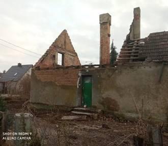 Strażacy z Gościszewa pomagają pogorzelcom w odbudowie zniszczonego domu