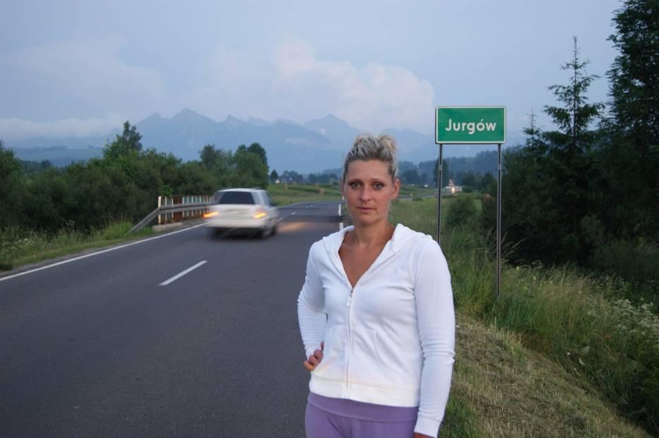 Krystyna Nowak jest zdania, że musi się znaleźć sposób, by na drodze prowadzącej przez wieś było bezpieczniej
