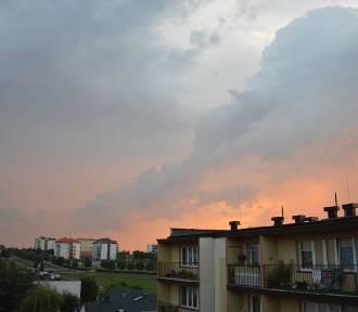 Barwne niebo nad Wieluniem. Czyżby to cisza przed burzą? Jest ALERT