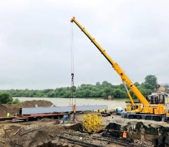 Nowy Sącz. Budowlańcy stawiają pierwsze stalowe elementy mostu heleńskiego [ZDJĘCIA]