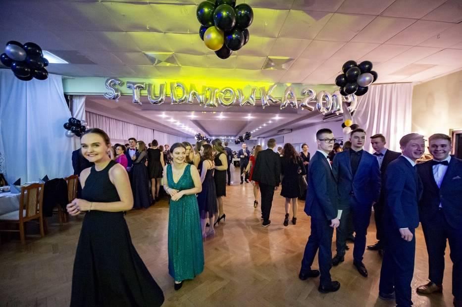 Maturzyści z IX LO w Poznaniu bawili się na studniówce w Gospodzie Familijnej